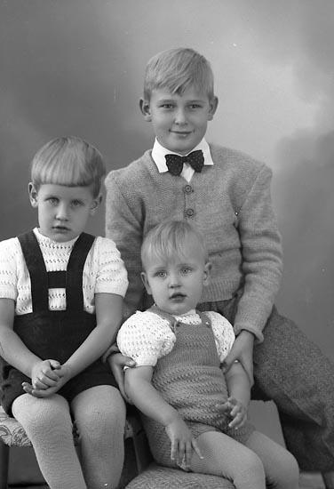 """Enligt fotografens journal nr 8 1951-1957: """"Andersson, Bo, Ingvar o Kenneth, Jörlanda""""."""