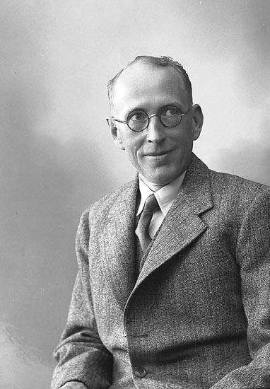 """Enligt fotografens journal nr 6 1930-1943: """"Johansson, Direktör A.B. Orust Varuinköp""""."""