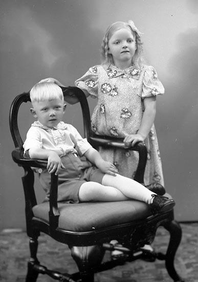 """Enligt fotografens journal nr 6 1930-1943: """"Pettersson, Märta o Arne Skäggstorp Kode""""."""
