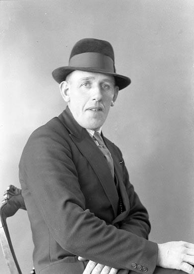 """Enligt fotografens journal nr 6 1930-1943: """"Olsson, Herr Sven, Bråland Hjälteby""""."""