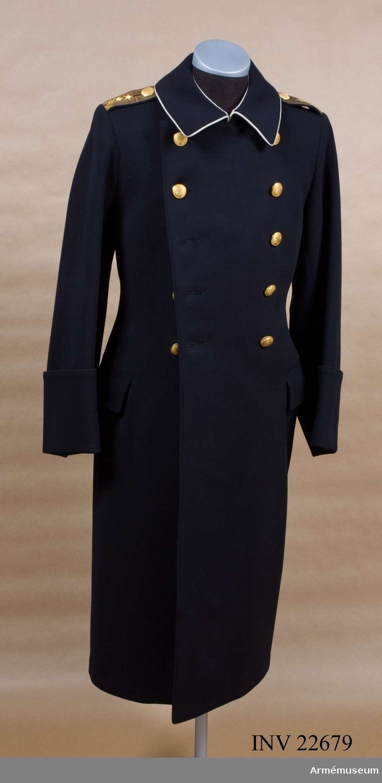 Grupp C I. Ur uniform för överste och sekundchef vid Livreg:s grenadjärer, överadjutant hos Konung Gustav VI Adolf. Består av vapenrock, axelklaffar, långbyxa, mössa, kappa, skärp och ägiljett.