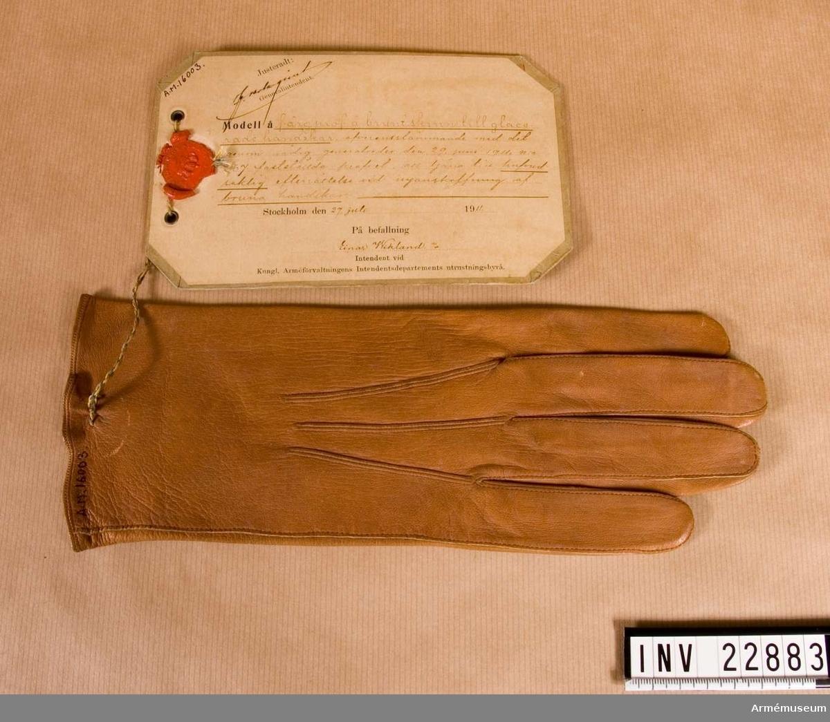 Grupp C I. Färgprov m/1911 på brunt skinn, högerhandske, till glacerade handskar att tjäna till huvudsaklig efterrättelse vid anskaffning av bruna handskar, I 9.