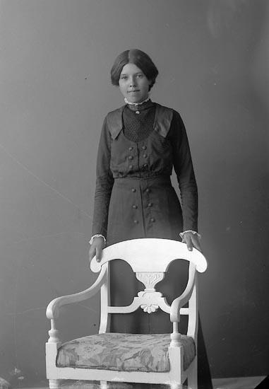 """Enligt fotografens journal nr 2 1909-1915: """"Svensson, Hulda, Bräcketorp, Spekeröd""""."""