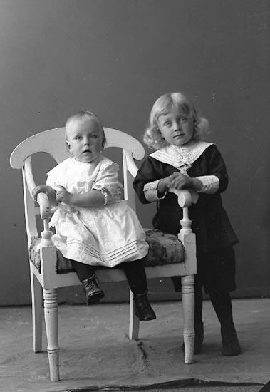 """Enligt fotografens journal nr 3 1916-1917: """"Henriksson, Halvard Ödsmål""""."""