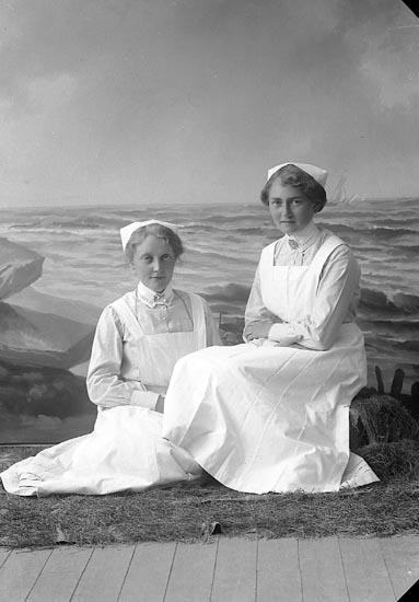 """Enligt fotografens journal nr 3 1916-1917: """"Syster Olga"""" adr. Dahlman Här""""."""