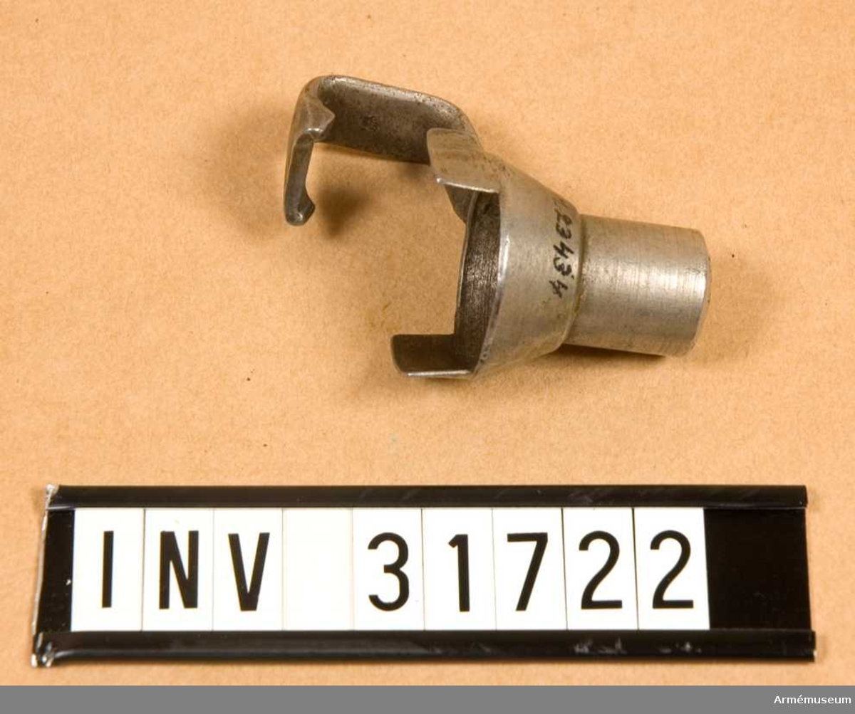 Grupp E II.  Kombinerat mynnings- och kornskydd.  Samhörande nr AM.031719-AM.031722, gevär, bajonett, balja, mynningsskydd.