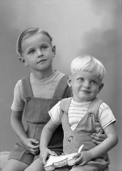 """Enligt fotografens journal nr 7 1944-1950: """"Eriksson, Yngve o Olof, Havsviken Här""""."""