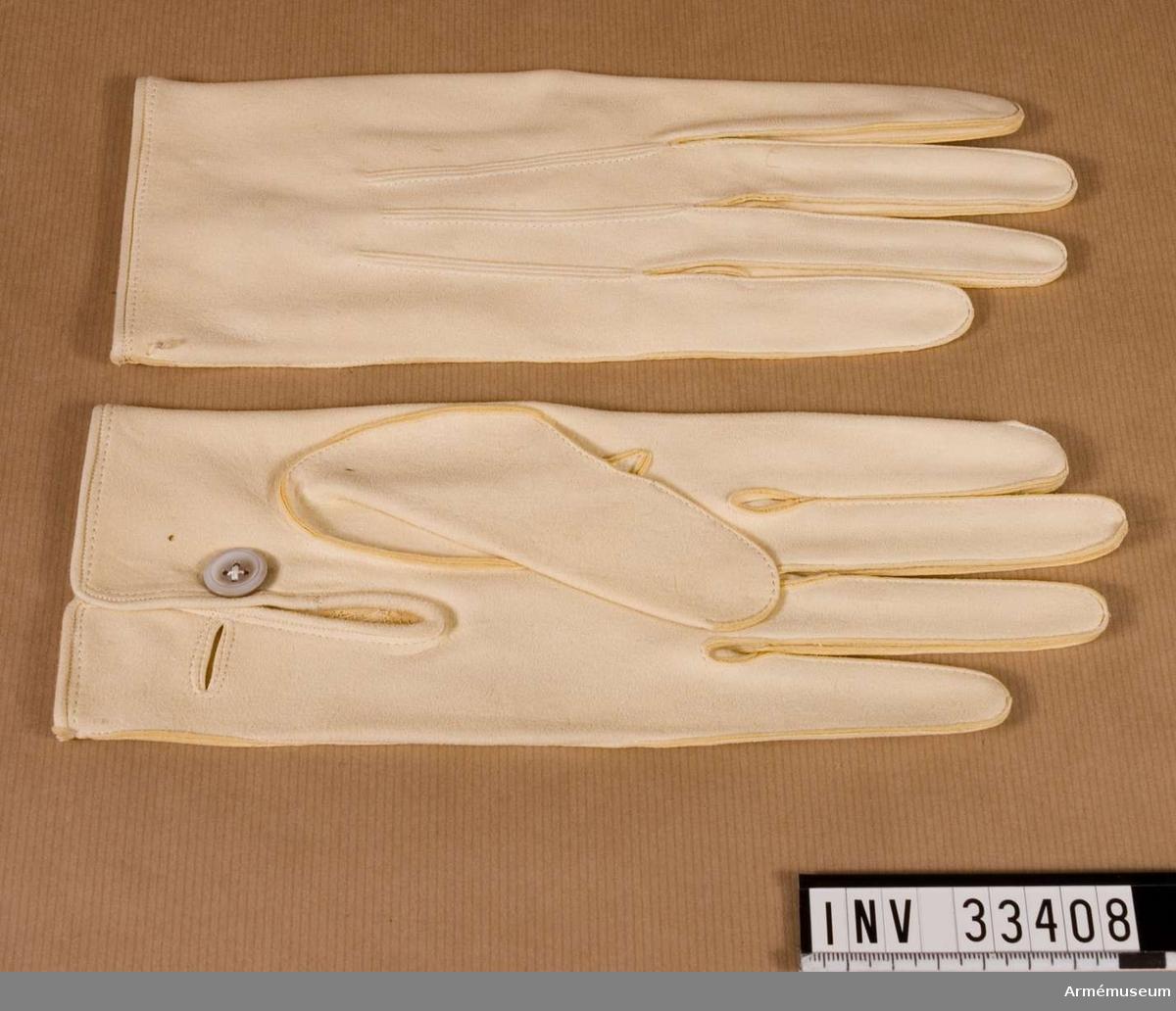 Uniformen består av dolma, långbyxor, ridbyxor, lackstövlar, spännsporrar, skjorta, handskar, husarmössa, 2 pompong, 2 ståndare, läderfodral, knutskärp, livrem, 2 sabelbärrem, mössa, mössfodral, kartuschlåda med rem.  Samhörande nr är AM.33402-22