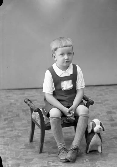 "Enligt fotografens journal nr 7 1944-1950: ""Pettersson, Lennart Bråland Hjälteby""."
