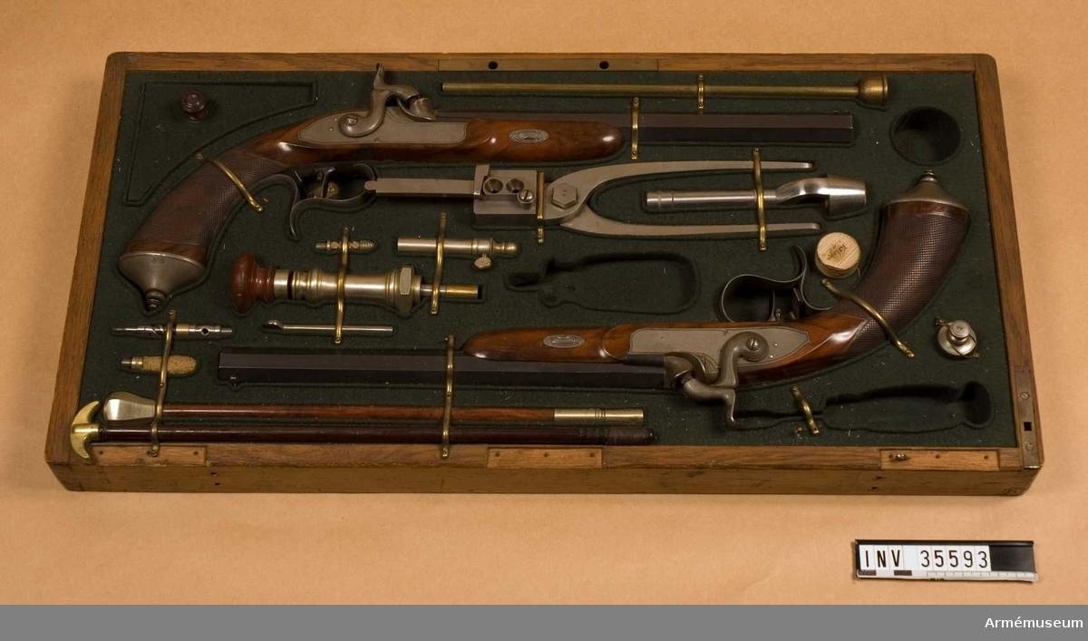 Grupp E III.  Räfflad. Med slaglås och damaskerad pipa. Förvaras i en låda, obekant land, med diverse tillbehör.  Samhörande nr 5593-8, pistol, låda, 2 oljeflaskor, 2 dosor.