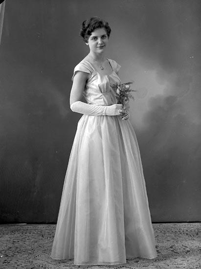 """Enligt fotografens journal nr 8 1951-1957: """"Rutgersson, Fr. Hildegard Strandnorum Stenungsund""""."""