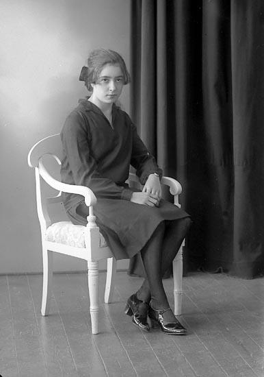 """Enligt fotografens journal nr 5 1923-1929: """"Pettersson, Ella Långelanda, Svanesund""""."""