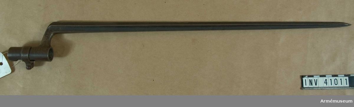 Grupp E II f.  tnr 17988, 9R 3K nr 483.  Samhörande gåva: 297 gevär med bajonett, 41000-41593. Samhörande nr 41010-1, gevär, bajonett.