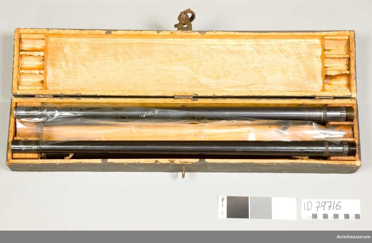 Grupp E IV. Samhörande till kulsprutan finns lavett, bandlådehållare, åtta bandlådor, tillbehörslåda med innehåll, vattenlåda, riktpunkt m tillbehör, pipa i fodral, fyra pipor i trälåda, ångslang, bärband och manteltätare.