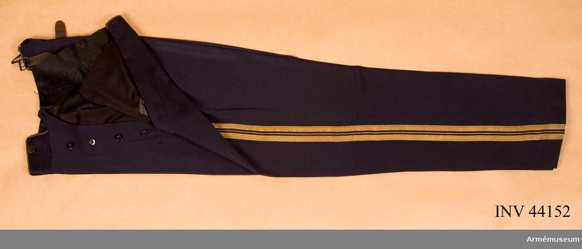 Grupp C I. Ur uniform för överste vid Upplands artilleriregemente, (Andra Svea artilleriregemente).  Består av attila, långbyxor, mössa, pompong, plym, kartusch,  kartuschrem, knutskärp, axelklaff, ägiljett.