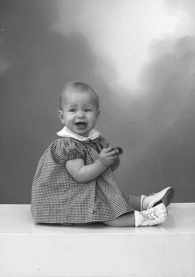 """Enligt fotografens journal nr 9 1958-: """"Gustafsson, Monica, Lundby, Spekeröd""""."""
