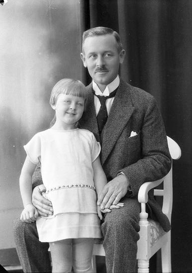 """Enligt fotografens journal nr 5 1923-1929: """"Enander, Herr Lennart Allmänna vägen 46 A""""."""
