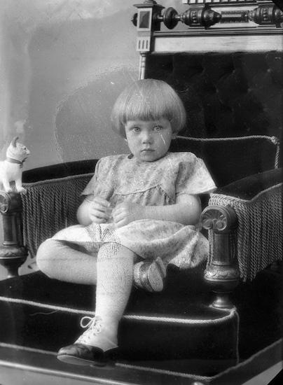 """Enligt fotografens journal nr 5 1923-1929: """"Hellqvist, Fru Ingeborg Ödsmål""""."""