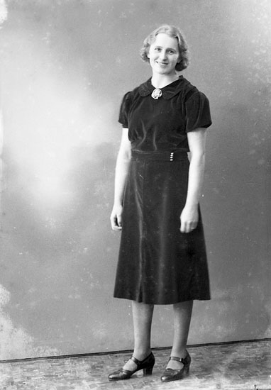 "Enligt fotografens journal nr 6 1930-1943: ""Olsson, Fr. Viola Nilsro, Stenungsund""."