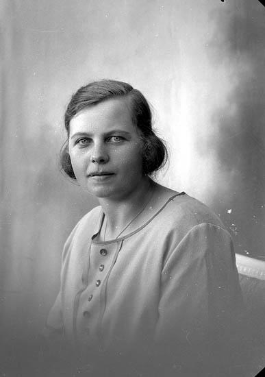 """Enligt fotografens journal nr 5 1923-1929: """"Pettersson, Märta Näs Svanesund""""."""