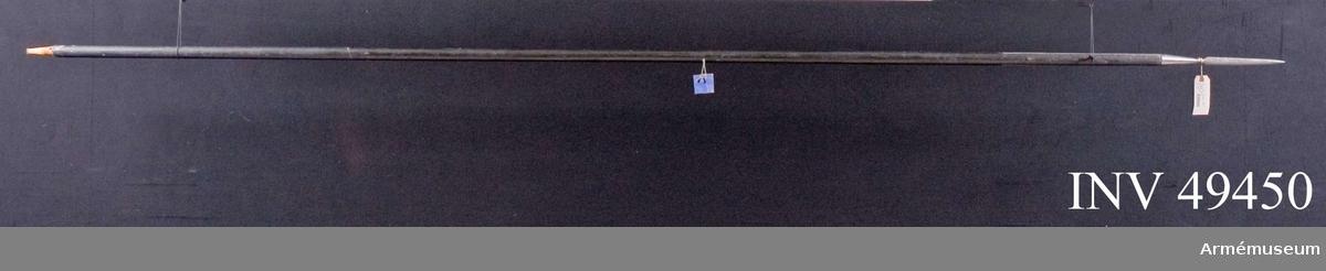 Grupp D I.   Spetsens längd är 302 mm, spjutbladets längd är 197 mm.   Spjutbladets största bredd är 19 mm.  Skaftskenornas längd är  382 mm, deras bredd varierar mellan 24,4 mm och 11,3 mm.  Doppskons längd är 162 mm. Doppskoskenornas längd är 100 mm, Doppskoskenornas bredd varierar mellan 26,6 mm och 15,2 mm.