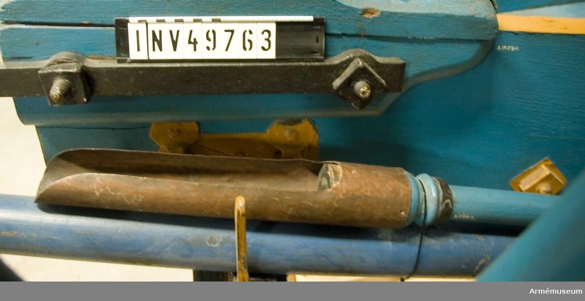Grupp F I. Kombinerad sättare och laddskyffel. 3-pundigt regementsstycke av 1747 års konstruktion med tillbehör  bestående av lavett, föreställare med skalmar, riktkil,  kombinerad sättare och laddskyffel, domkraft och anmarschbommar.