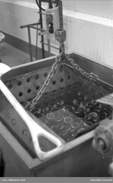 """Enligt fotografens noteringar: """"Ett tråg fullt med caviarburkar färdiga att föras till ...."""" (AC. Fortsättning bild 245.) Fototid: 1996-01-19."""