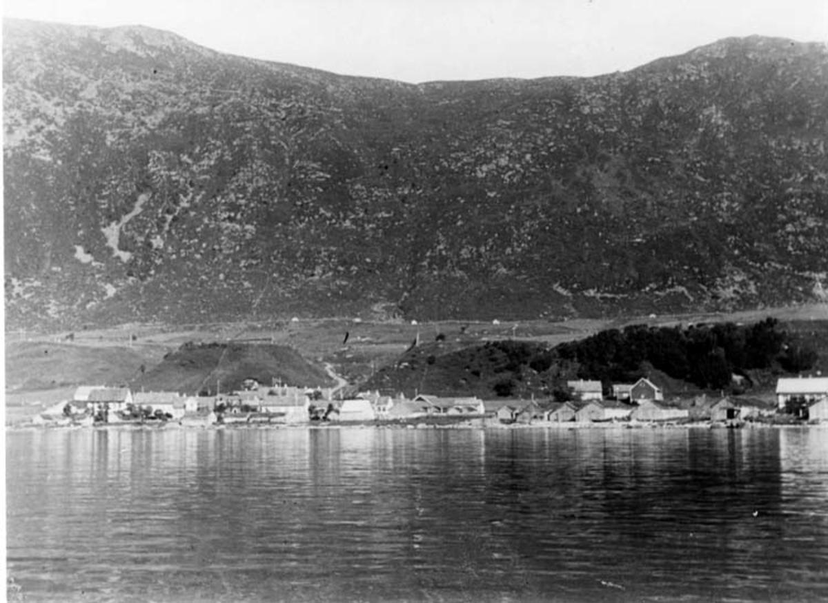 Skrivet på baksidan: Norge, Möre, Soböy Stranden med hus och nästen