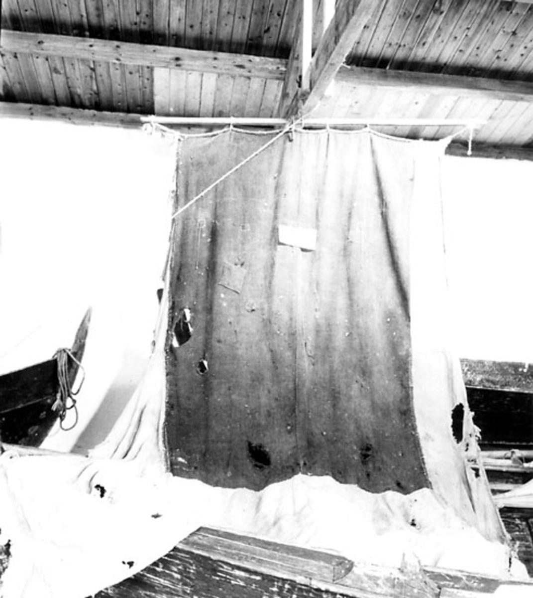 Skrivet på baksidan: Ullseilet fra HAUS. Sunnbordland Landbruksmuseum, Stend.  Foto 1961