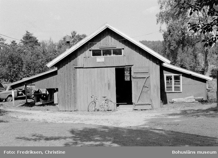 """Motivbeskrivning: """"Abel Johansson, Henån, Orust. Båtbyggarverkstaden. Till vänster syns överbyggnad för bandsåg. Datum: 19800710 Riktning: Ö"""