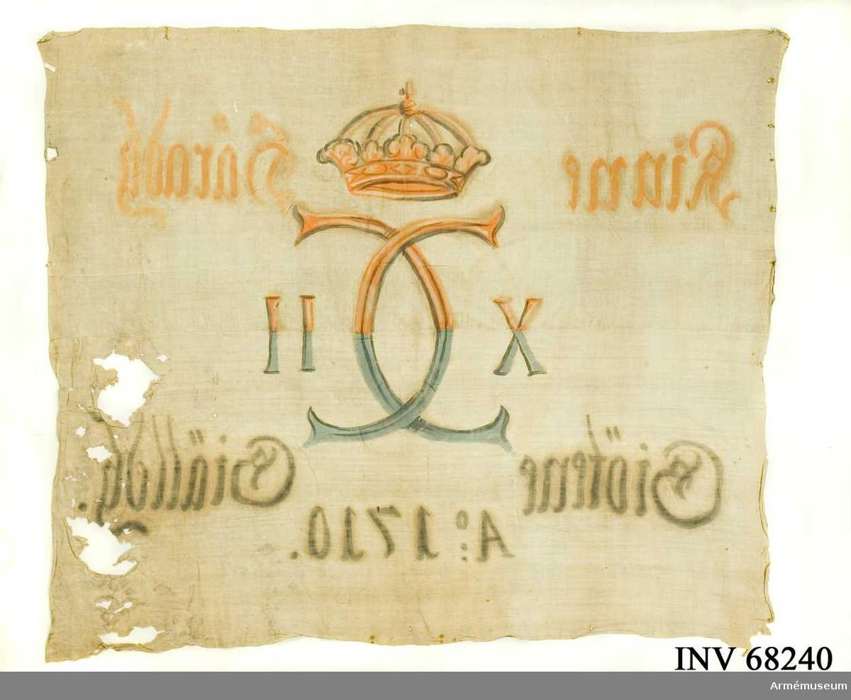 Duk: Tillverkad av enkel vit linnelärft, sydd av två horisontella våder.  Dekor:  Målad endast från dukens insida, Karl XII:s namnchiffer, dubbelt C med X-II på ömse sidor, krönt med sluten krona. Text på ömse sidor om chiffret, upptill i gult och brunt och nedtill i blått och svart. Under detta text i svart.