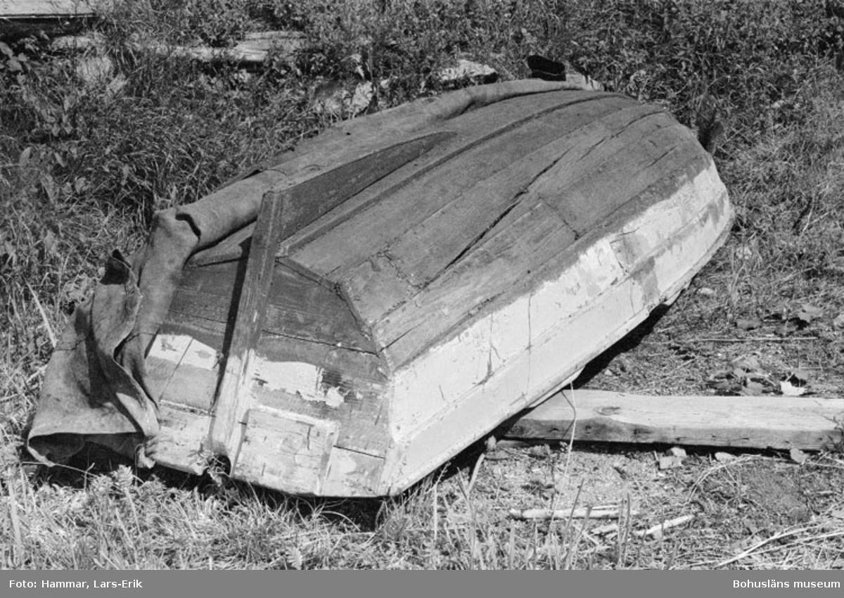 """Motivbeskrivning: """"Skredsvik, Bottnafjorden. Eka byggd av båtbyggare Karl Johanssons farfar (Karl Johansson ägde varvet i skredsvik 1942-1975, Bb 8: 14-20)."""" Datum: 19800717 Riktning: Nö"""