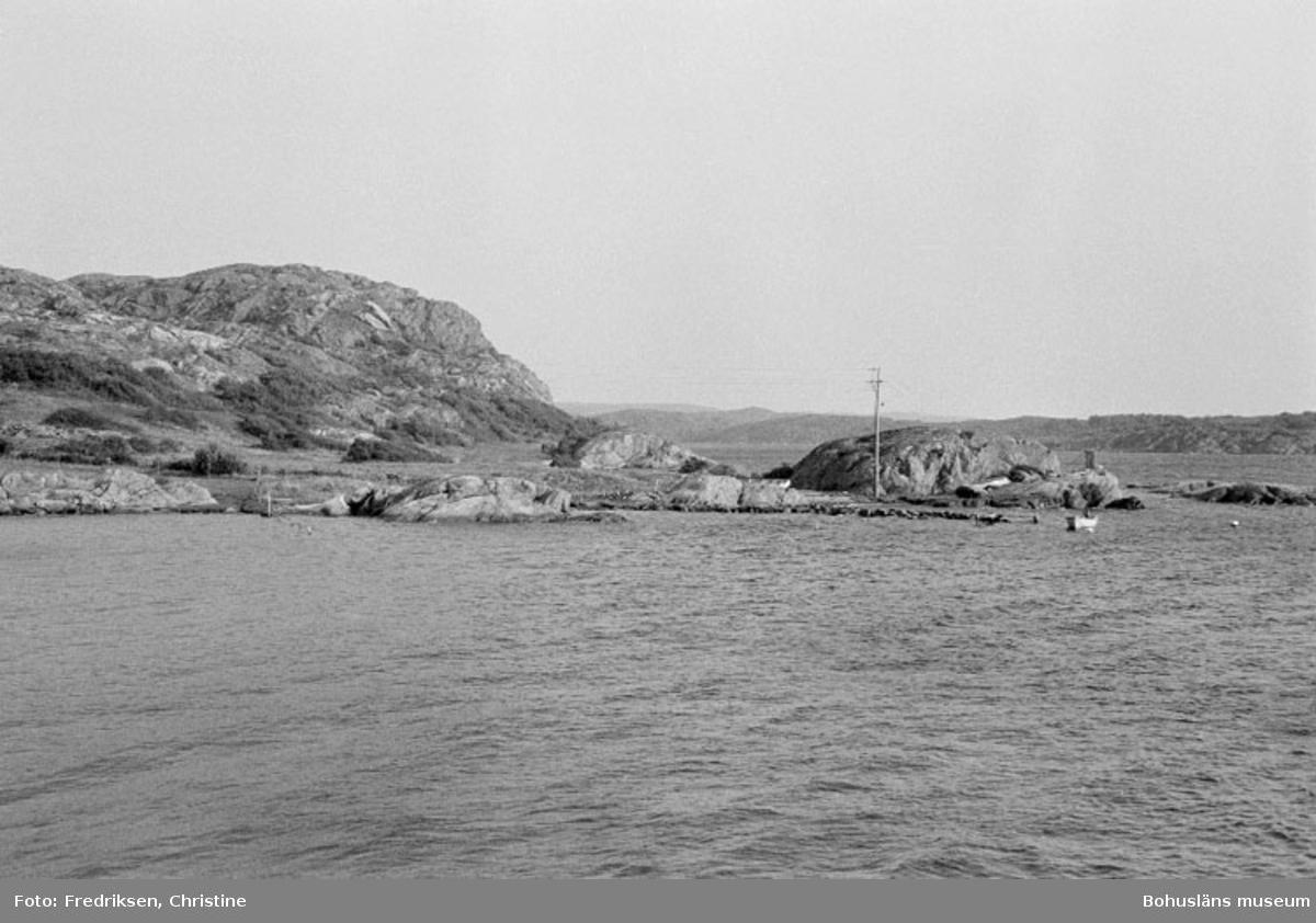 """Motivbeskrivning: """"Widholms industri AB Brevik. Strax hitom stenbryggan byggdes kring sekelskiftet fiskebåtar (båtbyggeriet drevs av August Samuelsson, Bö)."""" Datum: 19800908"""
