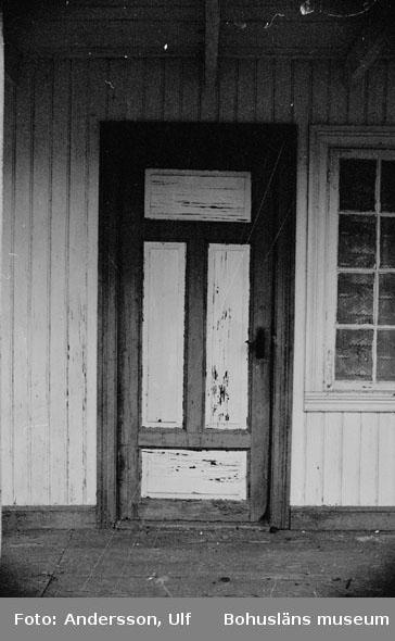 """Bohusläns samhälls- och näringsliv. 2. STENINDUSTRIN. Film: 29  Text som medföljde bilden: """"Stenhuggarbarack, Hälle 1:7 troligen byggd i slutet av 1800-t. eller vid sekelskiftet. April 1977."""""""