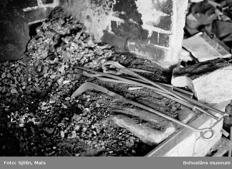 """Bohusläns samhälls- och näringsliv. 2. STENINDUSTRIN. Film: 34  Text som medföljde bilden: """"Smedja"""". Juli 1977."""""""