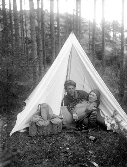 Johan Böjesson Eld och en kvinna ligger bredvid varandra i ett tält