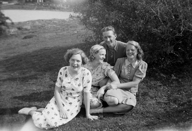 """Enligt senare noteringar: """"Tre kvinnor och en man sittande på en äng. Johan Börjesson-Eld (?) tillsammans med: Valborg Johansson, Elsa Karlsson och Judith Johansson."""""""