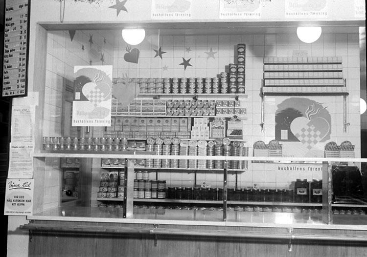 """Enligt noteringar: """"Skyltning i Konsums butik i stationssamhället."""" (BJ)"""