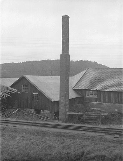 """Enligt senare noteringar: """"Del av byggnad, Sohlbergs såg."""" (BJ)"""