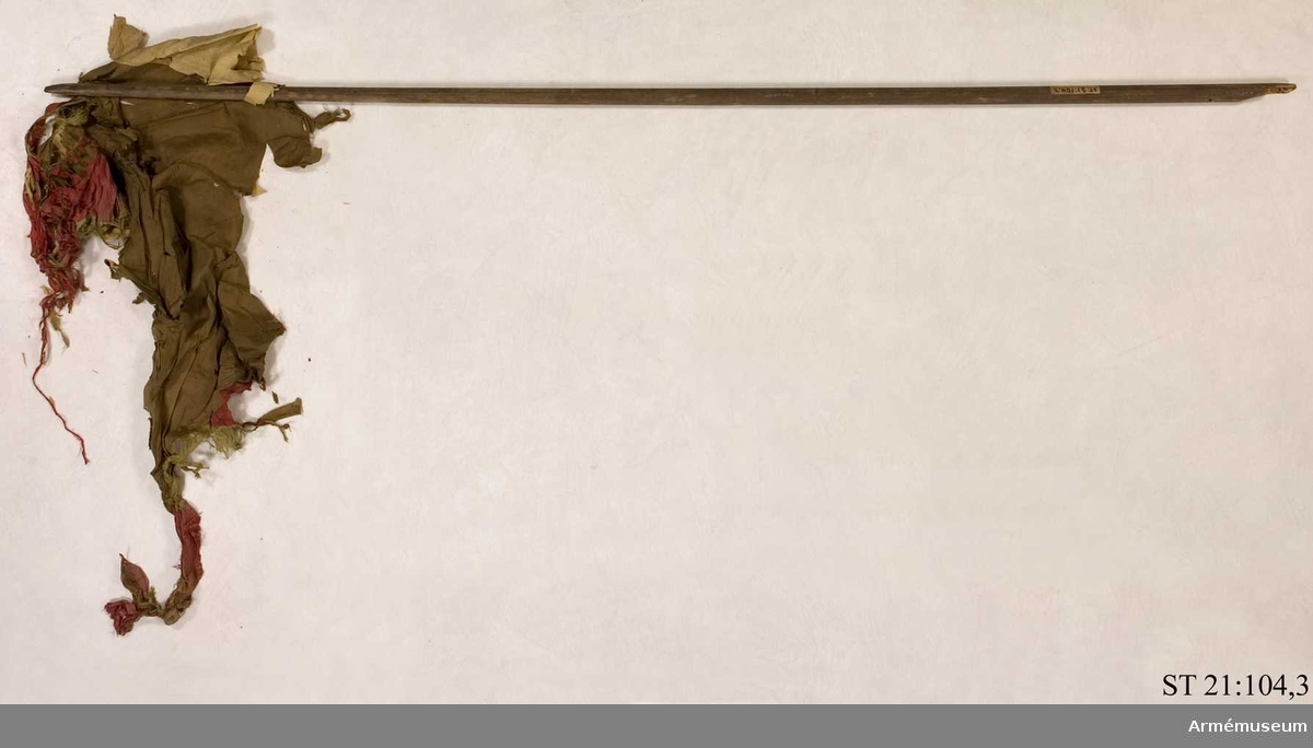Duk av svart sidentaft med bård bestående av omväxlande gröna och röda sparrar. Över duken ett vitt kors. I de svarta fältens hörn en vit stjärna.