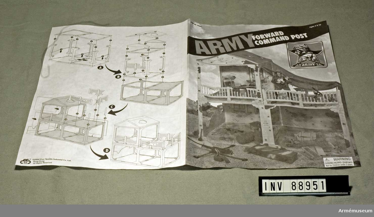 """Instruktionsbok för konstruktion av dockskåpet samt beskrivning i bilder av användningsområden för dockorna och medföljande tillbehör.  Titel: """"Army Forward Command Post""""."""