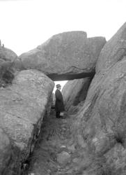 """April 1924. """"Nålsögat"""", gångstig i bergsklyfta, under stort"""