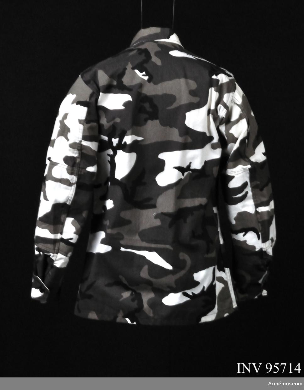 """Fältjackan är en inofficiell variant av """"woodland pattern"""" kamouflage för strid i bebyggelse och kallas ofta """"urban camouflage"""". 2011-09-02 MM."""