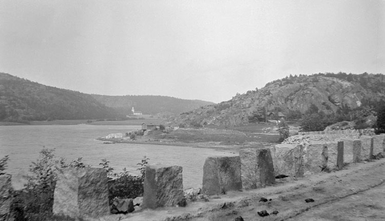 Enligt senare noteringar: Dynekilen, Hogdals kyrka och nya vägen. 26 juni 1921.