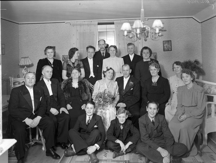 "Uppgift enligt fotografen: ""Gruppfoto i hem. Herr Ernst Larsson."""