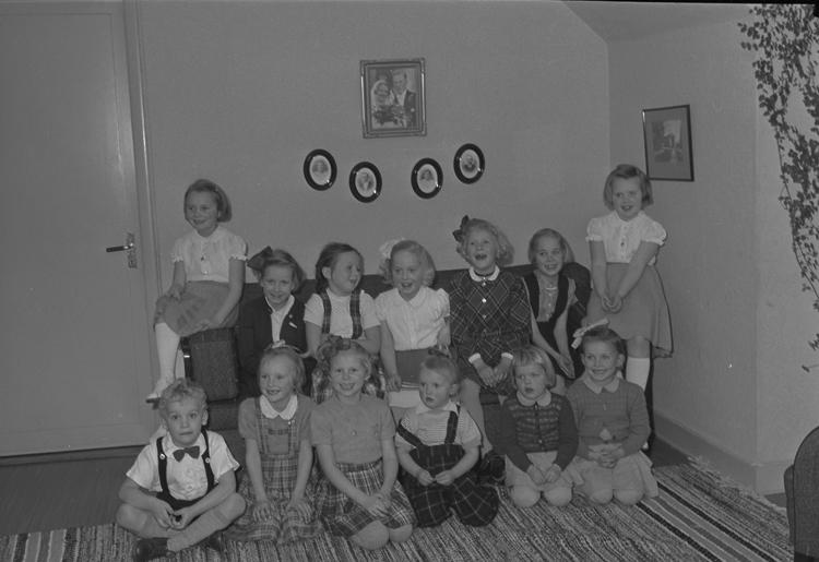 """Text till bilden: """"Födelsdagfest. Christina, dotter. Albin Ljungqvist. 1952.02.01""""             i"""