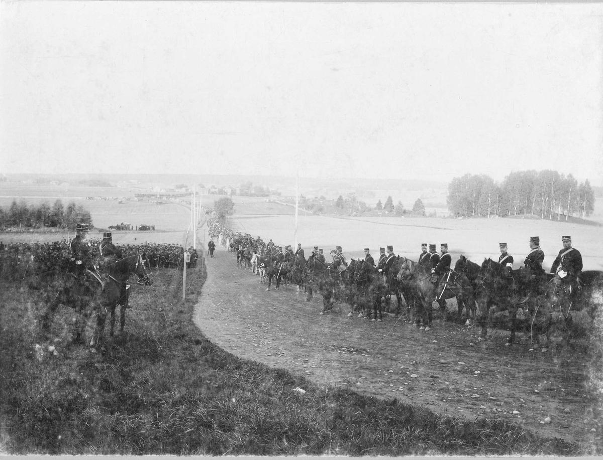 Svea artilleriregemente A 1, uppställda längs landsväg under manövern i Närke 1895.