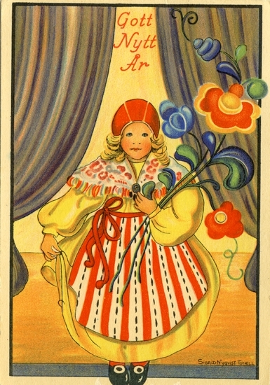"""""""Gott Nytt År"""". Flicka i leksandsdräkt med ett fång kurbitsblommor i famnen. Flickan står på en scen med ridåer i bakgrunden."""