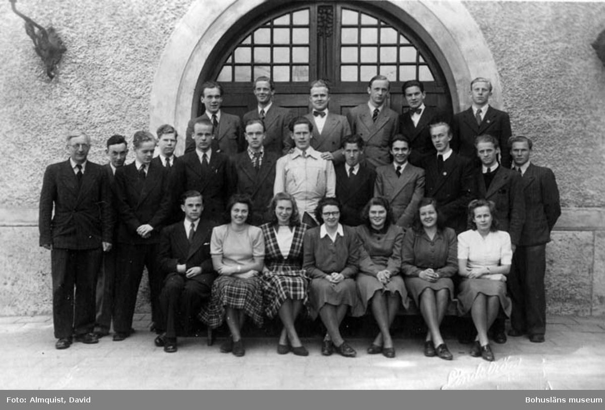 """""""Uddevalla Läroverks realgymnasieelever läsåret RII A 1943-44""""."""