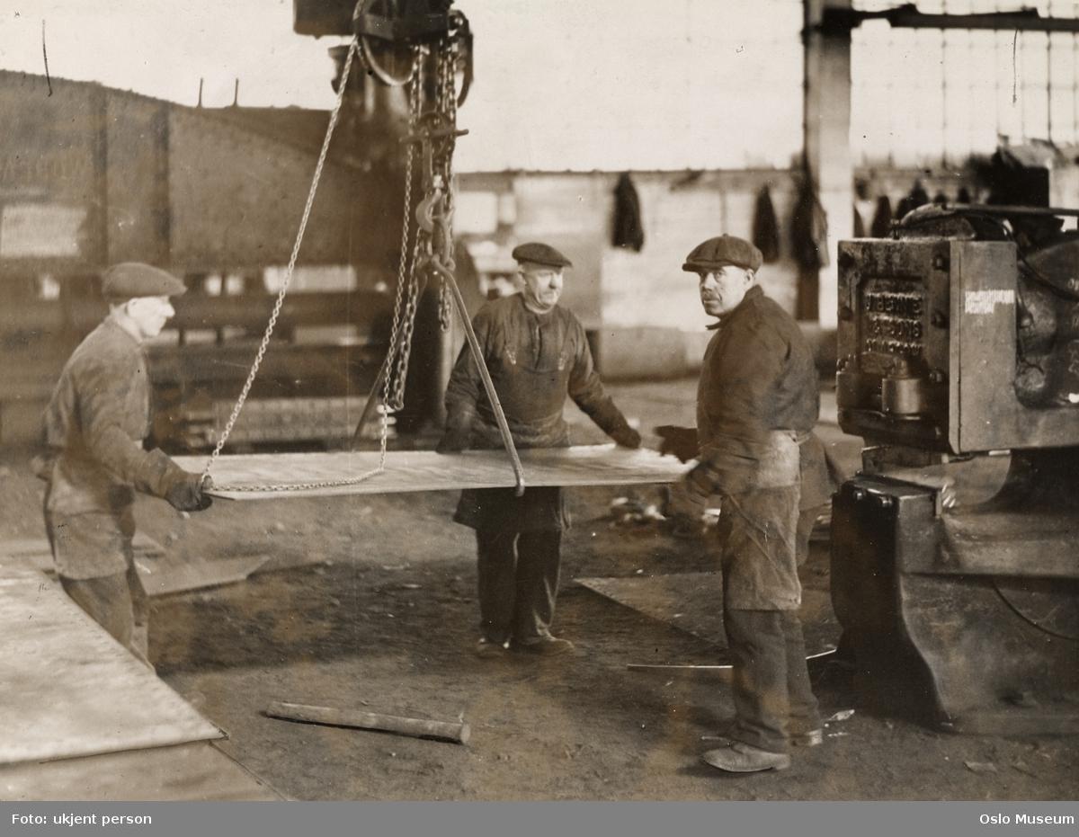 fabrikk, produksjonslokale, menn, arbeidere, heisekran, jernplate
